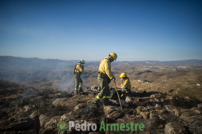INFOCA Members of wildfires of Iznalloz and Puerto Lobo of Granada work to put out a wildfire in Bedar, in Almeria, on August 26, 2012.  AFP PHOTO / Pedro ARMESTRE