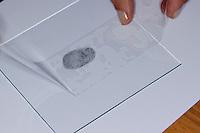 Fingerabdruck, Fingerabdrücke nehmen, um Fingerabdrücke auf einer Fläche sichtbar zu machen, kann man auch Grafit aus Bleistiftminen verwenden, ein durchsichtiges Klebeband wird über den durch Grafit sichtbar gemachten Fingerabdruck geklebt, das Grafit haftet am Klebeband