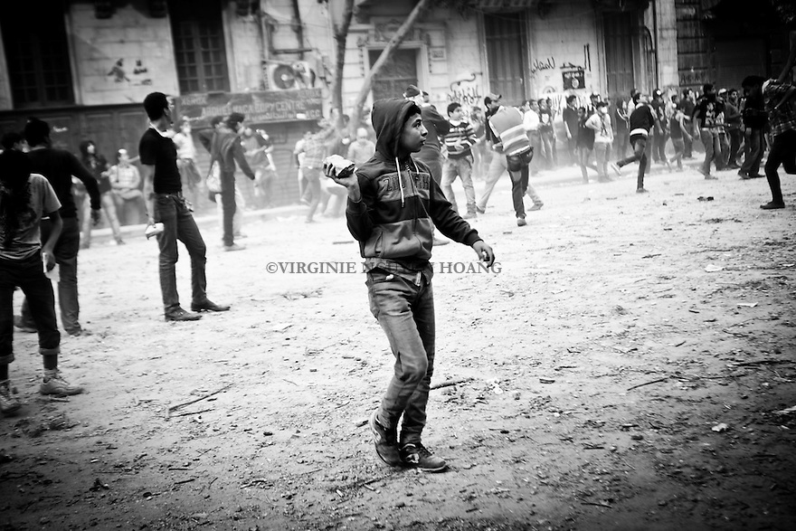 ©VIRGINIE NGUYEN HOANG.Egypt,Cairo.21/11/2012..Since Monday 19 November, clashes still going near Interior Ministery and Mohamed Mahmoud street. Police and protesters exchanged stones. Police used tear gas and (reportedly) rubber bullets, while protesters threw Molotov cocktails.
