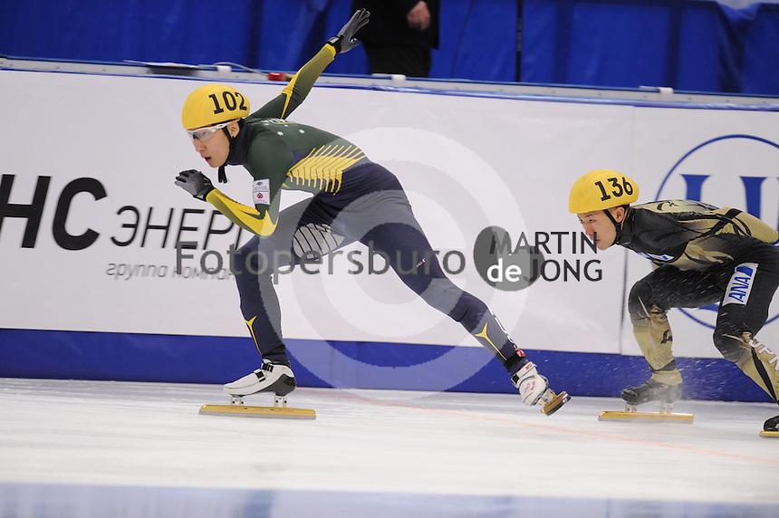"SHORT TRACK: MOSCOW: Speed Skating Centre ""Krylatskoe"", 14-03-2015, ISU World Short Track Speed Skating Championships 2015, Ranking Races, Hyun Woo (Andy) JUNG (#102   AUS), Yuma SAKURAI (#136   JPN), ©photo Martin de Jong"