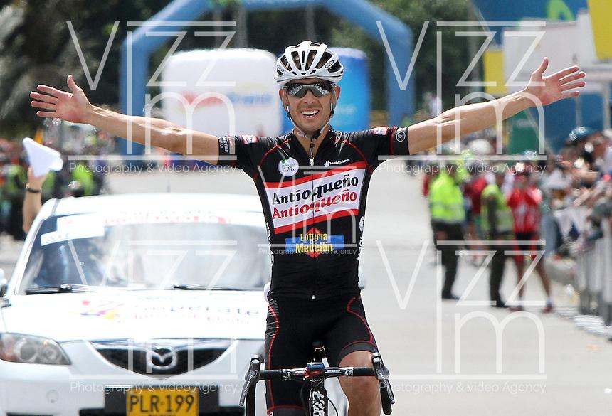 BOGOTA - COLOMBIA - 16  -06 -2013: Rafael Infantino de Antioquia levanta los brazos en se&ntilde;al de ganador de la s&eacute;ptima etapa de la vuelta a Colombia en bicicleta disputada entre la ciudad de Ibagu&eacute; y Bogot&aacute;. (Foto: VizzorImage / Felipe Caicedo / Staff). Rafael Infantino of Antioquia raises arms in winning the seventh stage of the Tour of Colombia cycling race between the city of Ibague and Bogota.<br /> VizzorImage / Felipe Caicedo / Staff