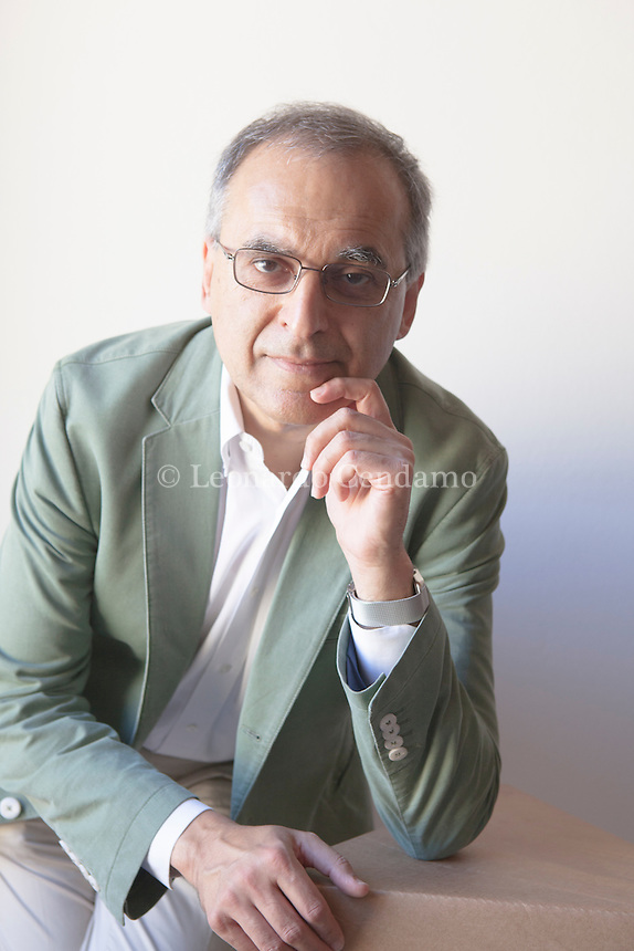 "Sukhdev ""Se una cosa non ha prezzo non significa non abbia valore"". ... Pavan Sukhdev, economista, dopo più di vent'anni alla Deutsche . Pavan Sukhdev is an environmental economist whose field of studies include green economy and international finance. He was the Special Adviser and Head of UNEP's Green Economy Initiative, a major UN project suite to demonstrate that greening of economies is not a burden on growth but rather a new engine for growing wealth, increasing decent employment, and reducing persistent poverty. Mantova Festivaletteratura 2016. © Leonardo Cendamo"