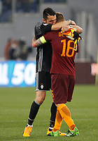 Calcio, Serie A: Roma vs Juventus. Roma, stadio Olimpico, 14 maggio 2017. <br /> Juventus&rsquo; goalkeeper Gianluigi Buffon, left, greets Roma&rsquo;s Daniele De Rossi at the end of the Italian Serie A football match between Roma and Juventus at Rome's Olympic stadium, 14 May 2017. Roma won 3-1.<br /> UPDATE IMAGES PRESS/Riccardo De Luca