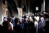 Die Gruppe in einer stark beschädigten Kirche im Zentrum von Prizren / Serbische Reisegruppe in serbischen Enklaven im Kosovo, mitorganisiert von Branka Krneta, einer25-jährigen Serbin. Sie fahren an historisch serbisch dominierte Orte. Die Teilnehmer stehen meist der nationalistischen Organisation Kosmet nahe und sehen Kosovo als Teil Serbiens./ serbian church, heavily dameg since 1999 in center of prizren