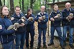 Foto: VidiPhoto<br /> <br /> ARNHEM - Onder massale belangstelling van de Nederlandse pers werd de cheeta-zesling van Burgers' Zoo in Arnhem donderdag preventief ge&euml;nt tegen katten- en niesziekte. Verder werden de dieren gechipt, ontwormd en werden haren afgenomen voor DNA-onderzoek. Tijdens de medische controle bleek dat het gaat om twee mannetjes en vier vrouwtjes. Geen van de welpen blijft achter in de ontwikkeling en dat is bij een zesling zeer bijzonder. In het wild overleeft maar een deel. Zo'n groot nest met jonge cheeta's komt in dierentuinen bovendien zelden of nooit voor. Drie tot vier is gebruikelijk. De jonkies, die op 14 september geboren zijn, verhuizen over enkele jaren naar andere dierenparken in Europa in het kader van het Europese fokprogramma.