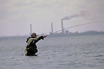 Foto: VidiPhoto..MIDDELFART - Het vangen van een zilverwitte zeeforel blijft voor menig sportvisser een droom. Alleen de aanhouder die de Deense kust kent, smaakt soms het genoegen zo'n kostbare zeeforel aan de haak te slaan. Ze worden echter steeds zeldzamer, dankzij de enorme vistrawlers die regelmatig grote hoeveelheden vis wegvangen in de nauwe Deense zeestraten. De Deense overheid wil nu enkele gebieden afsluiten voor de schepen om de visstand te beschermen en om te voorkomen dat de lucratieve  sportvisserij verdwijnt.