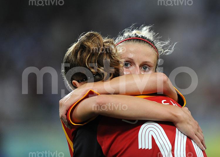 Olympia 2008  Peking  Fussball  Frauen   15.08.2008 Schweden - Deutschland Simone LAUDEHR (l) jubelt zum 2:0 mit Anja MITTAG (GER).