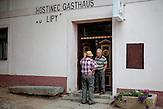 """Die Gaststätte """"U Lipy"""" im Ortsteil """"Svaty Kamen"""", der zu Dolni Dvoriste gehört. Der frühere Zöllner Miroslav Schwarz (vorne) spricht mit seinem damaligen Grenzschützer-Kollegen."""