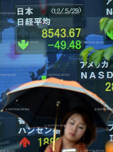 May 29, 2012, Tokyo, Japan - Tokyo stocks slips Tuesday, May 29, 2012, with the Nikkei Stock Average falling 75 points early on, ending the morning session at 8,562.86, down 30.29 points, or 0.35%. (Photo by Natsuki Sakai/AFLO)