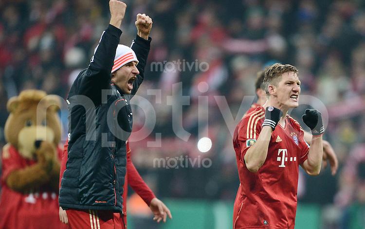 FUSSBALL  DFB-POKAL  VIERTELFINALE  SAISON 2012/2013    FC Bayern Muenchen - Borussia Dortmund       27.02.2013 Schlussjubel FC Bayern Muenchen, Thomas Mueller (li) und Bastian Schweinsteiger