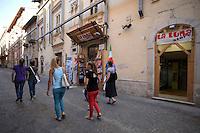 """La cartoleria """"la Luna"""" ha riaperto in aprile 2011, nonostante i puntellamenti all'interno..Dopo il terremoto  del 2009 alcuni negozi e attività commerciali riaprono a L'Aquila..After the earthquake of 2009, some shops and businesses reopen in L'Aquila."""