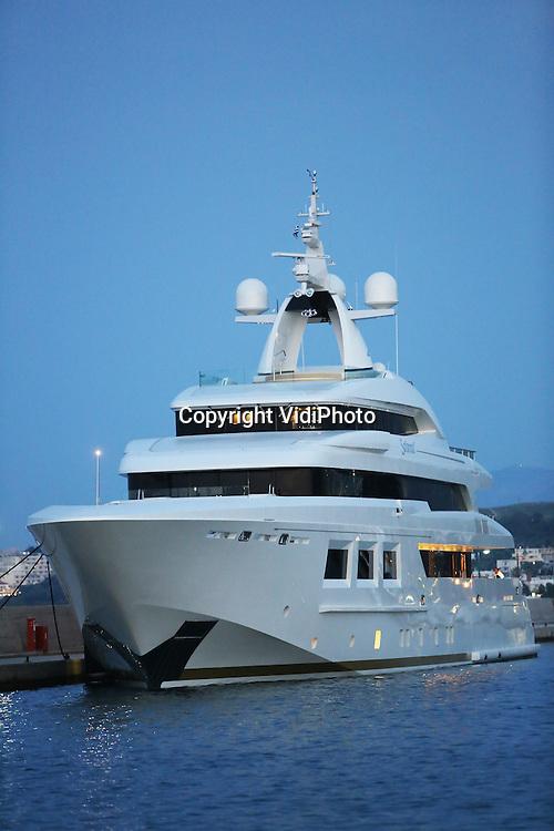 Foto: VidiPhoto<br /> <br /> KOS &ndash; Peperdure boten liggen in de jachthaven van het Griekse eiland Kos te wachten tot hun eigenaren er gebruik van maken. Dat gebeurt vaak maar enkele keren per jaar. Publiekstrekker is het gloednieuwe en 61 meter lange superjacht Saramour van de prestigieuze Italiaanse botenbouwer CRN uit Ancona, die in 2014 te water werd gelaten en vorige week in Amsterdam de eerste prijs in de wacht sleepte voor de World Superyacht Awards. De exclusieve boot biedt ruimte aan twaalf gasten in zes luxe cabines, met daarnaast veertien bemanningsleden. Verder bevinden zich op de boot een fitnessruimte en welnesscentrum. Het jacht is bovendien voorzien van een helicopterdek. Gordijnen, verlichting en klimaatbeheersing van het hele schip zijn via een ipad te besturen. Op de Saramour hangen twee schilderijen van de Nederlandse expressionist Karel Appel. De totale bouwkosten bedragen 700 miljoen dollar. Om te voorkomen dat nieuwsgierige toeristen een kijkje nemen aan boord, wordt de varende villa permanent bewaakt.