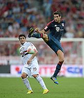 Fussball  International   Audi Cup 2013  Saison 2013/2014   31.07.2013 FC Bayern Muenchen - Sao Paulo FC  Javi Martinez (re, FC Bayern Muenchen) gegen Aloisio (Sao Paulo FC )