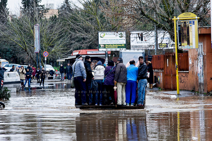 Roma 1 Febbraio 2014<br /> Una ruspa viene usata come mezzo di trasporto per attraversare una strada allagata, al quartiere Prima Porta, a Roma.<br /> Roma &egrave; stata una delle citt&agrave; pi&ugrave; colpite da un'ondata di pioggia torrenziale che ha provocato numerosi allagamenti in vari quartieri della citt&agrave;.<br /> Rome February 1, 2014 <br /> A bulldozer is used as a means of transport for  cross a flooded road,  the neighborhood Prima Porta,to  Rome. <br /> Rome has been one of the cities worst hit by a wave of torrential rain, that caused flooding in several different neighborhoods of the city.