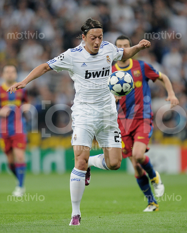FUSSBALL   CHAMPIONS LEAGUE   SAISON 2010/2011   Halbfinale  27.04.2011 Real Madrid  -  FC Barcelona Mesut Oezil (Real Madrid) am Ball