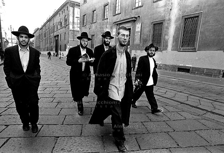 Milano, studenti di YESHIVA' (scuola talmudica) a spasso per il centro.Milan, YESHIVA' students (talmudic school) walking in the center of town