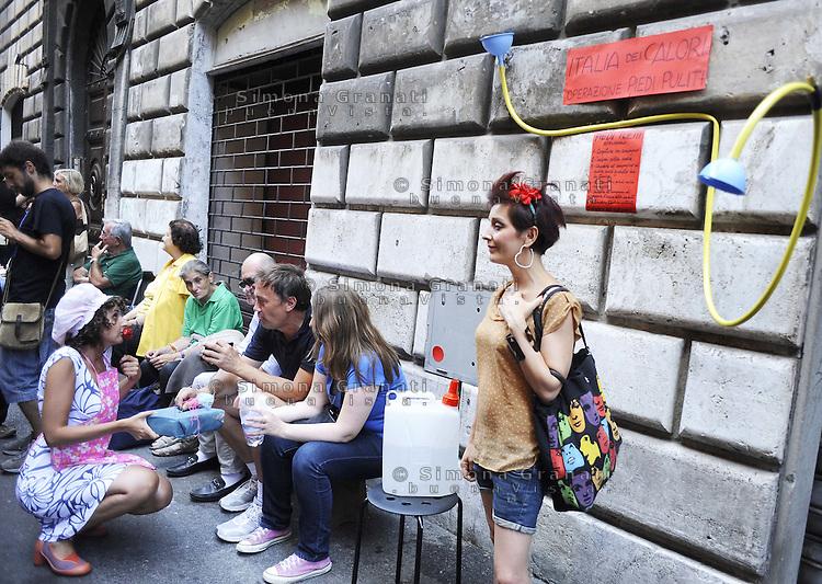Roma 15 Agosto 2011.Via del Teatro Valle .Continua l'occupazione del Teatro Valle con spettacoli, feste e laboratori..Per Ferragosto festa in strada con cena balli e spettacoli