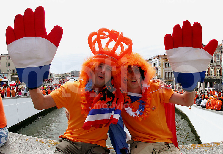 Fussball INTERNATIONAL EURO 2004 in Aveiri  im Stadion Aveiro Municipal Holland - Tschechien Hollaendische Fans feiern in der Stadt