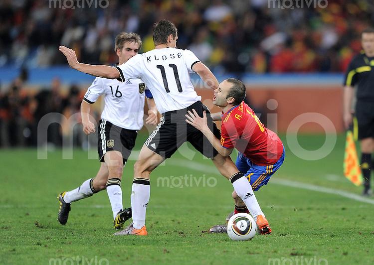 FUSSBALL WM 2010    HALBFINALE   07.07.2010 Deutschland - Spanien Miroslav KLOSE (li, Deutschland) gegen Andres INIESTA (re, Spanien)