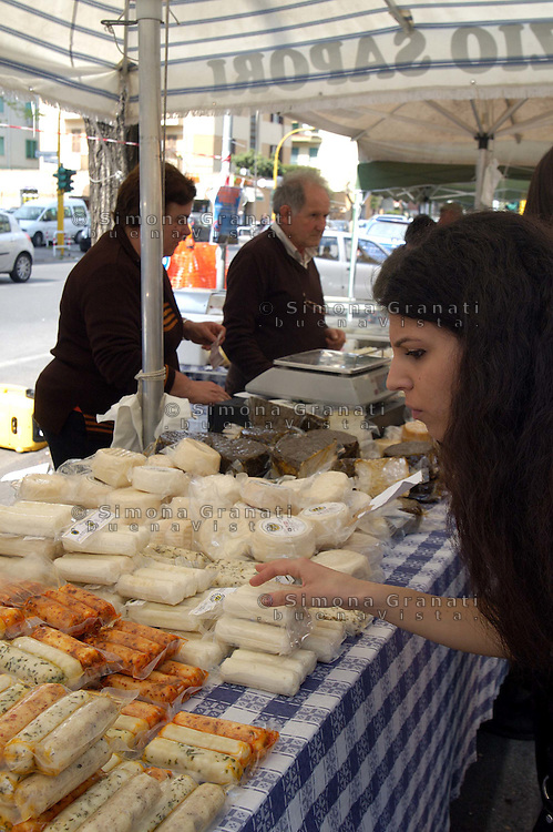 Roma , 11 Aprile 2009.Quadraro, Via Opita Oppio.Il mercato Terra Terra è il progetto alternativo di mercato, sostenuto dall'associazione medesima, sul meccanismo dello scambio controllato di prodotti autoprodotti, che tutela consumatori e produttori delle piccole aziende agricole e artigiane..Rome June 2009.Social Center Forte Prenestino.The market Earth Earth is the alternative plan market, supported by the association itself, the mechanism of the exchange self-controlled products, which protects consumers and producers of small farms and artisans..