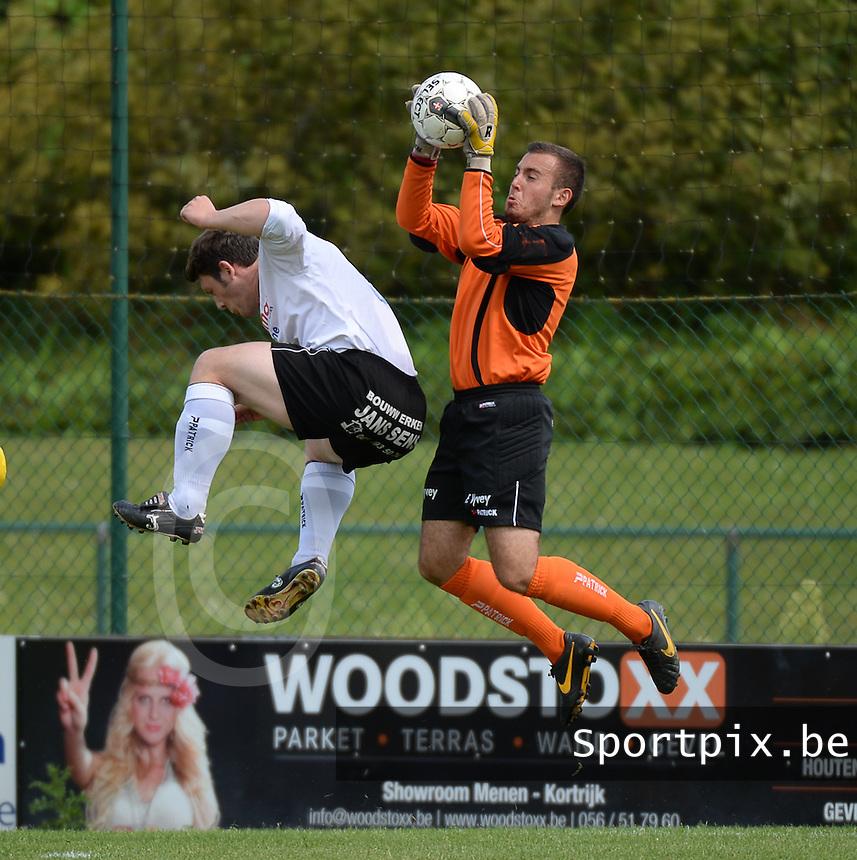 SK Eernegem : doelman Enzo Lecluyse (r) plukt de bal voor teamgenoot Jochen Delrue (l) <br /> foto VDB / BART VANDENBROUCKE