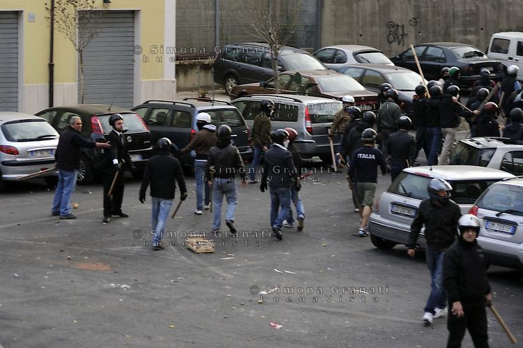 Roma, 23 Marzo 2012.Casalbertone.I neofascisti di Casapound rientrano indisturbati verso la sede del circolo futurista al grido di boia chi molla dopo i violenti scontri con i centri sociali mentre i militanti di sinistra vengono caricati dalle forze dell'ordine