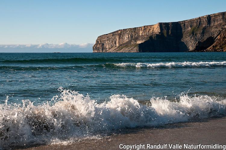 Sandstrand i Nordsandfjorden på Sørøya. ----- Beach in Nordsandfjorden on Sørøya.