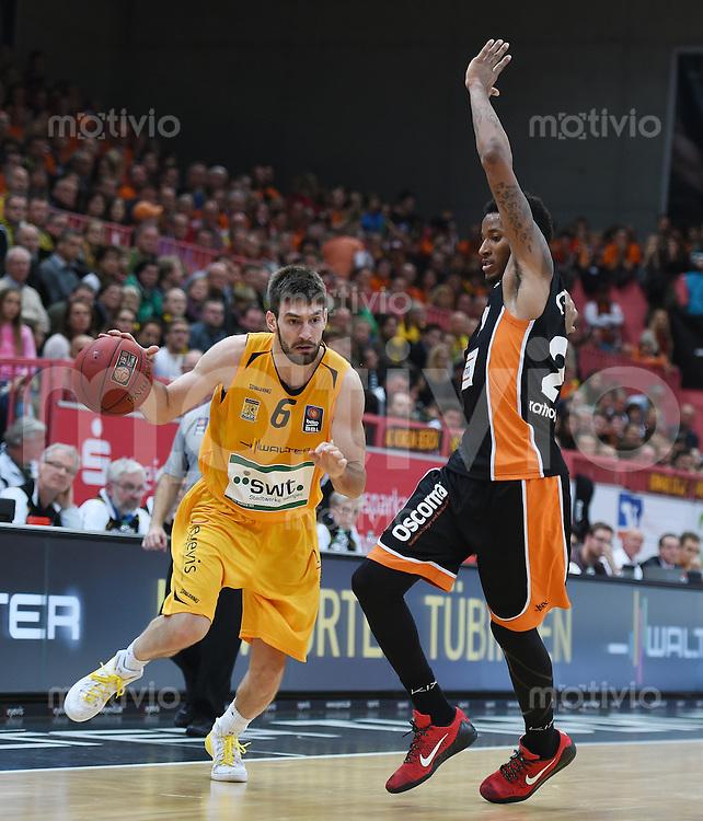 BEKO Basketball 1. Bundesliga 2014/2015  8. Spieltag Walter Tigers Tuebingen - ratiopharm Ulm        09.11.2014 Branislav Ratkovica (li, Tigers) gegen Will Clyburn (re, Ulm)