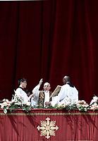 Papa Francesco benefice i fedeli durante il suo messaggio &quot;Urbi et Orbi&quot; (alla citt&agrave; e al mondo) dalla loggia centrale della Basilica di San Pietro. Citt&agrave; del Vaticano, 16 aprile 2017.   <br /> Pope Francis blesses the faithful during his &quot;Urbi et Orbi&quot; (to the city and the world) message from the central loggia overlooking St. Peter's Square at the Vatican, on April 16 2017.<br /> UPDATE IMAGES PRESS/Isabella Bonotto<br /> <br /> STRICTLY ONLY FOR EDITORIAL USE