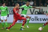FUSSBALL   1. BUNDESLIGA   SAISON 2012/2013    22. SPIELTAG VfL Wolfsburg - FC Bayern Muenchen                       15.02.2013 Arjen Robben (li, FC Bayern Muenchen) gegen Naldo (re, VfL Wolfsburg)