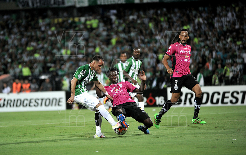 BOGOTA – COLOMBIA: 27-07-2016: Alejandro Guerra (Izq.) jugador de Atletico Nacional de Colombia disputa el balón con Luis Caicedo (Der.) jugador de Independiente Del Valle de Ecuador, durante partido de vuelta de la final, entre Atletico Nacional e Independiente Del Valle por la Copa Bridgestone Libertadores 2016 en el Estadio Atanasio Girardot, de la ciudad de Medellin. / Alejandro Guerra (R) player of Atletico Nacional of Colombia, vies for the ball with Luis Caicedo (R) player Independiente Del Valle de Ecuador, during a match for the second leg for the final between Atletico Nacional and Independiente Del Valle for the Bridgestone Libertadores Cup 2016, in the Atanasio Girardot Stadium, in Medellin city. Photos: VizzorImage / Luis Ramirez / Staff.