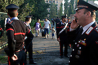Roma 14 Settembre 2009.Perquisizioni e arresti  da parte dei Carabinieri alla scuola Occupata  8 Marzo da famiglie di senza casa.Una famiglia lascia l'edificio occupato.Rome September 14 th 2009  .Searches and arrests, from the Policemen, to the school 8 March, occupied by families than without house. A family leaves I build busy