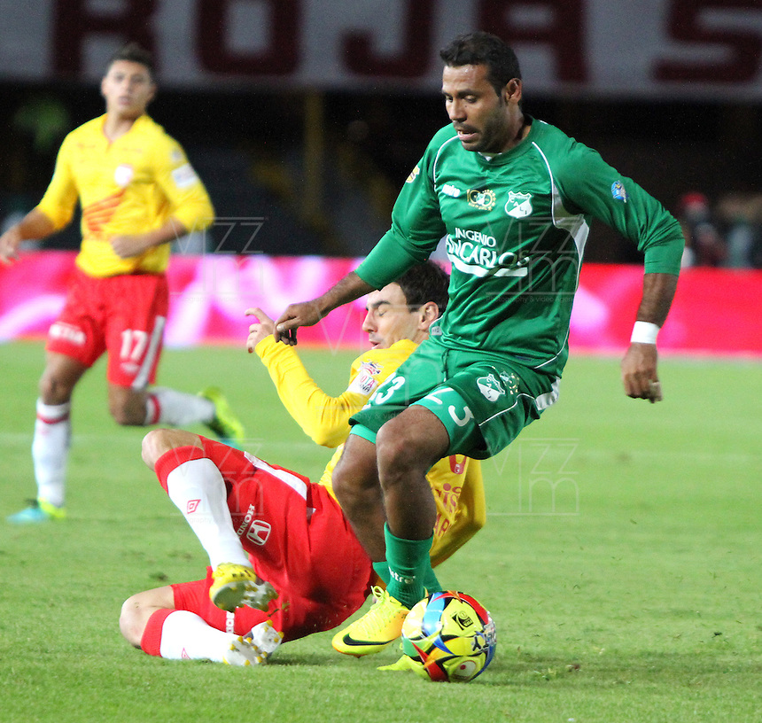 BOGOTA -COLOMBIA, 6-07-2013. Emanuel Molina (Izq) de Santa Fe disputa el bal&oacute;n con Alvaro Dom&iacute;nguez (Der) del Deportivo Cali  durante partido de los cuadrangulares finales, fecha 6, de la Liga Postob&oacute;n 2013-1 jugado en el estadio Nemesio Camacho El Camp&iacute;n de la ciudad de Bogot&aacute;./ Emanuel Molina  (Left) Santa Fe fights for the ball with Alvaro Dom&iacute;nguez  (Right) of the match Deportivo Cali during the final runs, date 6 of the 2013-F1 Postob&oacute;n League played at the stadium Nemesio Camacho El Campin in Bogota.<br /> . Photo: VizzorImage/ Felipe Caicedo/ STAFF
