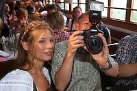 FUSSBALL 1. BUNDESLIGA   SAISON 2012/2013 Die Mannschaft des FC Bayern Muenchen besucht das Oktoberfest am 07.10.2012 Bastian Schweinsteiger macht Fotos in der Kaefer Wiesnschaenke mit Freundin Sarah Brandner