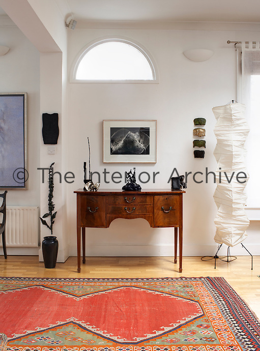 Original features of the old Dublin house such as the fanlight window in the living room have been incorporated into the decorative scheme