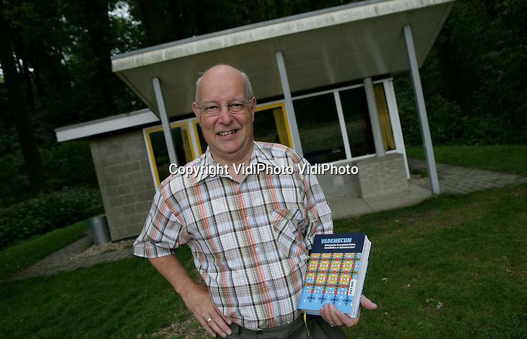 """Foto: VidiPhoto..ARNHEM - Piet Bot, medewerker van het Nederlands Openluchtmuseum in Arnhem en schrijver van het boek """"Vademecum historische bouwmaterialen, installaties en infrastructuur."""""""