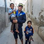 13 septiembre 2015. Nador. Marruecos.<br /> Basslaui y sus dos hijos, Noura e Isaed, esperan en Nador (Marruecos) la oportunidad de cruzar el paso fronterizo y llegar a Melilla. Su mujer y madre del peque&ntilde;o, Leila, ya est&aacute; en el Centro de Estancia Temporal de Inmigrantes (Ceti). La ONG Save the Children exige al Gobierno espa&ntilde;ol que tome un papel activo en la crisis de refugiados y facilite el acceso de estas familias a trav&eacute;s de la expedici&oacute;n de visados humanitarios en el consulado espa&ntilde;ol de Nador. Save the Children ha comprobado adem&aacute;s c&oacute;mo muchas de estas familias se han visto forzadas a separarse porque, en el momento del cierre de la frontera, unos miembros se han quedado en un lado o en el otro. Para poder cruzar el control, las mafias se aprovechan de la desesperaci&oacute;n de los sirios y les ofrecen pasaportes marroqu&iacute;es al precio de 1.000 euros. Diversas familias han explicado a Save the Children c&oacute;mo est&aacute;n endeudadas y han tenido que elegir qui&eacute;n pasa primero de sus miembros a Melilla, dejando a otros en Nador.  &copy; Save the Children Handout/PEDRO ARMESTRE - No ventas -No Archivos - Uso editorial solamente - Uso libre solamente para 14 d&iacute;as despu&eacute;s de liberaci&oacute;n. Foto proporcionada por SAVE THE CHILDREN, uso solamente para ilustrar noticias o comentarios sobre los hechos o eventos representados en esta imagen.<br /> Save the Children Handout/ PEDRO ARMESTRE - No sales - No Archives - Editorial Use Only - Free use only for 14 days after release. Photo provided by SAVE THE CHILDREN, distributed handout photo to be used only to illustrate news reporting or commentary on the facts or events depicted in this image.