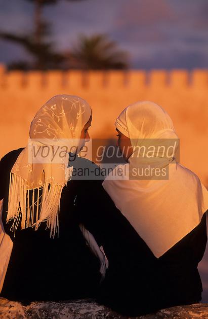Afrique/Afrique du Nord/Maghreb/Maroc/Essaouira : Femmes Place Moulay Hassan devant les remparts de la cité dans la lumière du soir