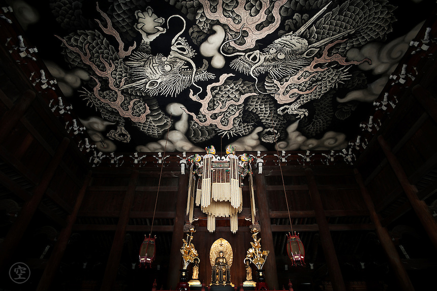 The painted &quot;twin dragon&quot; roof at Kennin-ji Temple, Kyoto