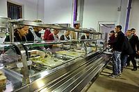 Roma 24 Dicembre 2012..Mensa per i poveri allla Cittadella della carità ?Santa Giacinta? ( Via Casilina Vecchia, 19), i volontari della Caritas che  servono la cena la sera di Natale