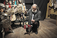 Mimmo Cuticchio with his puppets..Mimmo Cuticchio nel suo laboratorio con i pupi