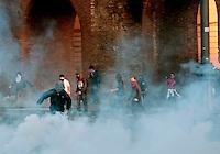 Roma  15 Ottobre 2011.Manifestazione contro la crisi e l'austerità.Scontri tra manifestanti e forze dell'ordine.Manifestanti tirano pietre contro le forze dell'ordine  in piazza San Giovanni