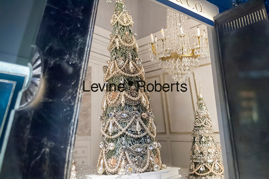 A display of diamond jewelry in the window of Tiffany & Co. in New York on Monday, December 19, 2016. According to De Beers global sales of diamonds are down and diamond merchants are blaming India's ban on 500 and 1000 rupee notes. (© Richard B. Levine)