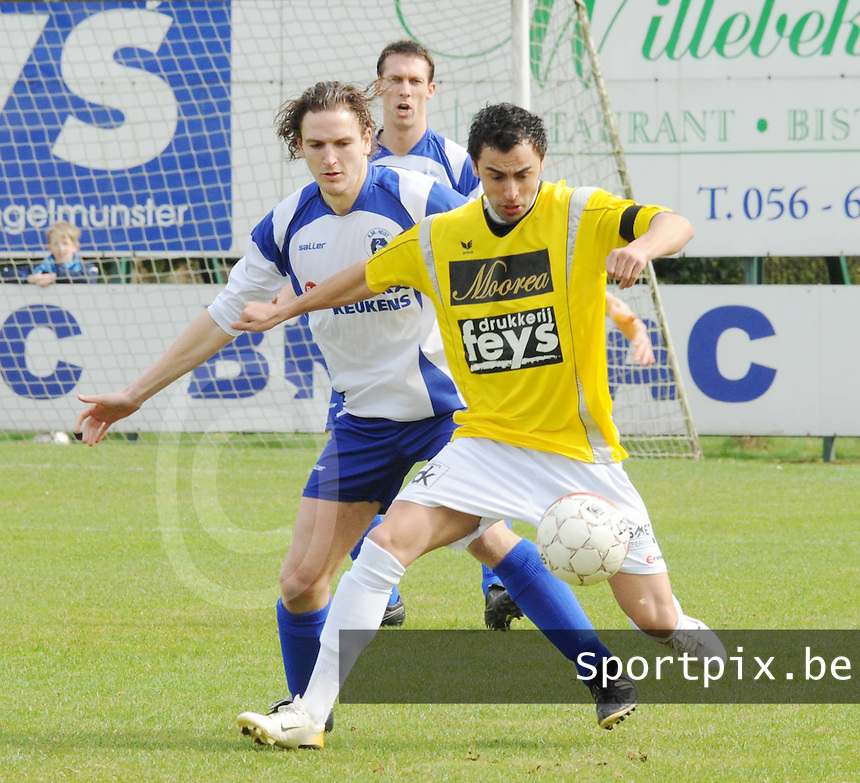 SC Wielsbeke - KSK Heist..Jessy Lebsir (rechts) beschermt de bal voor Bart Webers (links)..foto VDB / BART VANDENBROUCKE