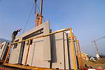 Abladen und Montage von Betonelementen auf einer Baustelle in Grabs, St. Gallen, Schweiz..©Paul Trummer, Mauren / FL.www.travel-lightart.com..