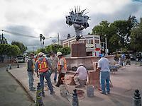 Quer&eacute;taro, Qro. 09 de septiembre de 2014.- A unos d&iacute;as de inaugurarse la fuente que rinde homenaje a los danzantes concheros. Los trabajadores apresuran su labor para que &eacute;ste viernes sea inaugurado en el marco del inicio de los festejos de la Santa Cruz de los Milagros, fiesta tradicional que engloba el nacimiento de la ciudad.<br /> <br /> Esta escultura permaneci&oacute; por alguna temporada en la entrada del Centro C&iacute;vico.<br /> <br /> Foto: Demian Ch&aacute;vez / Obture.
