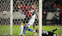 FUSSBALL   EUROPA LEAGUE   SAISON 2011/2012  SECHZEHNTELFINALE Hannover 96 - FC Bruegge                                    16.02.2012 Artur Sobiech (li, Hannover 96) erzielt das Tor zum 1:1. Niki Zimling (Mitte) und Torwart Vladan Kujovic (re, beide Bruegge) kommen zu spaet