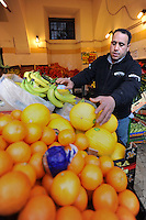 Discount di frutta e verdura gestito da immigrati egiziani. Discount of fruit and vegetables maintained by Egyptian immigrants.Mshad...