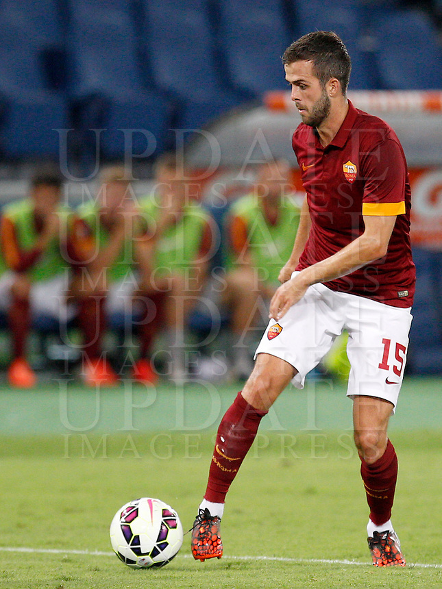 Calcio, amichevole Roma vs Fenerbahce. Roma, stadio Olimpico, 19 agosto 2014.<br /> Roma midfielder Miralem Pjanic, of Bosnia, in action during the friendly match between AS Roma and Fenerbache at Rome's Olympic stadium, 19 August 2014.<br /> UPDATE IMAGES PRESS/Riccardo De Luca