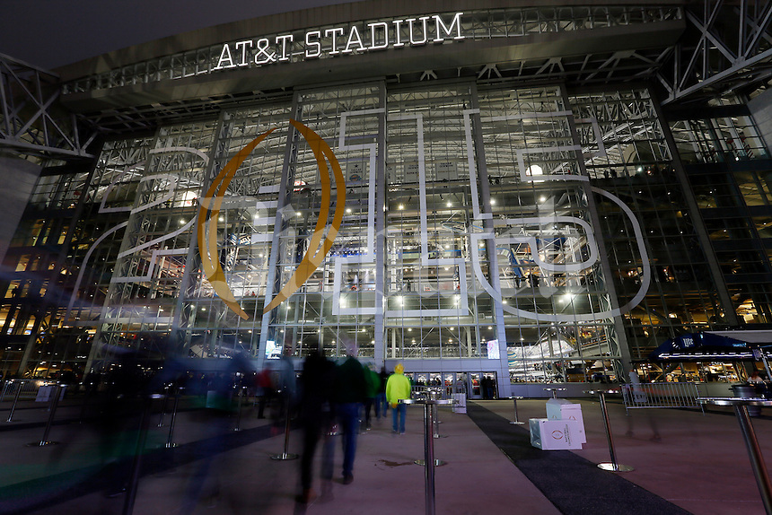 Ohio State and Oregon fans stream into AT&T Stadium prior to the College Football Playoff National Championship in Arlington, Texas on Jan. 12, 2015. (Adam Cairns / The Columbus Dispatch)